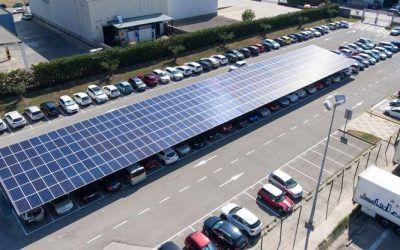 ¿Sabes cómo se carga un vehículo eléctrico con una marquesina solar fotovoltaica?